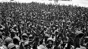 10 czerwca 1967 r. Izraelscy żołnierze świętują na Synaju zwycięstwo w wojnie sześciodniowej. Straty armii izraelskiej nie przekroczyły tysiąca osób, egipskie sięgnęły 20 tys.