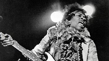 Festiwal Monterey Pop, 18 czerwca 1967 r. Jimi Hendrix podczas koncertu podpali swoją gitarę