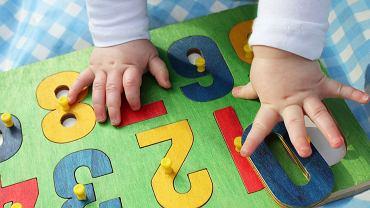 Zabawki edukacyjne dla dzieci to na przykład układanki, w których trzeba dopasować kształt poszczególnych elementów.