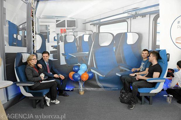 Na katowickim dworcu stanęła makieta prezentująca wnętrze wagonu w nowym pociągu Flirt 3