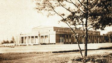 Katowice, okolice parku Kościuszki. Hala Parkowa, zdjęcie z lat 50. XX w.  Pocztówka ze zbiorów Muzeum Historii Katowic