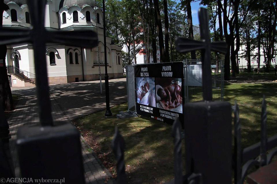 Wystawa antyaborcyjna na terenie kościoła garnizonowego