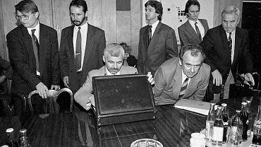 22 lipca 1991, Jan Krzysztof Bielecki (siedzi, z teczką) i Andrzej Gąsiorowski (trzeci z prawej) w fabryce w Ursusie. Art-B miała uratować padający zakład, kupując od niego traktory