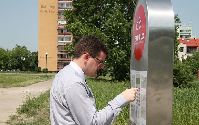 Były burmistrz Białołęki Adam Grzegrzółka testuje system rowerów miejskich na Białołęce