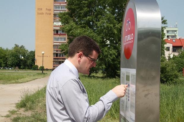 By�y burmistrz Bia�o��ki Adam Grzegrz�ka testuje system rower�w miejskich na Bia�o��ce