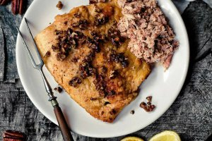 Pstrąg z orzechami pekan i mięsem kraba