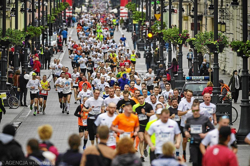 Bieg ulicą Piotrkowską w Łodzi