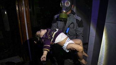 Dzieci cierpiące na skutek ataku gazowego w Dumie.