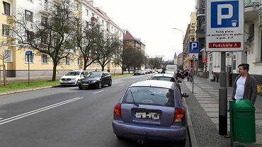 Ulica Mazurska. Tu nie ma znaku D18 i nie trzeba płacić za parkowanie