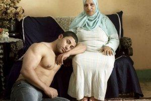Denis Dailleux sfotografowa� m�odych Egipcjan i ich matki: Uderzy�a mnie niezwykle silna emocjonalna wi�, kt�ra ich ��czy