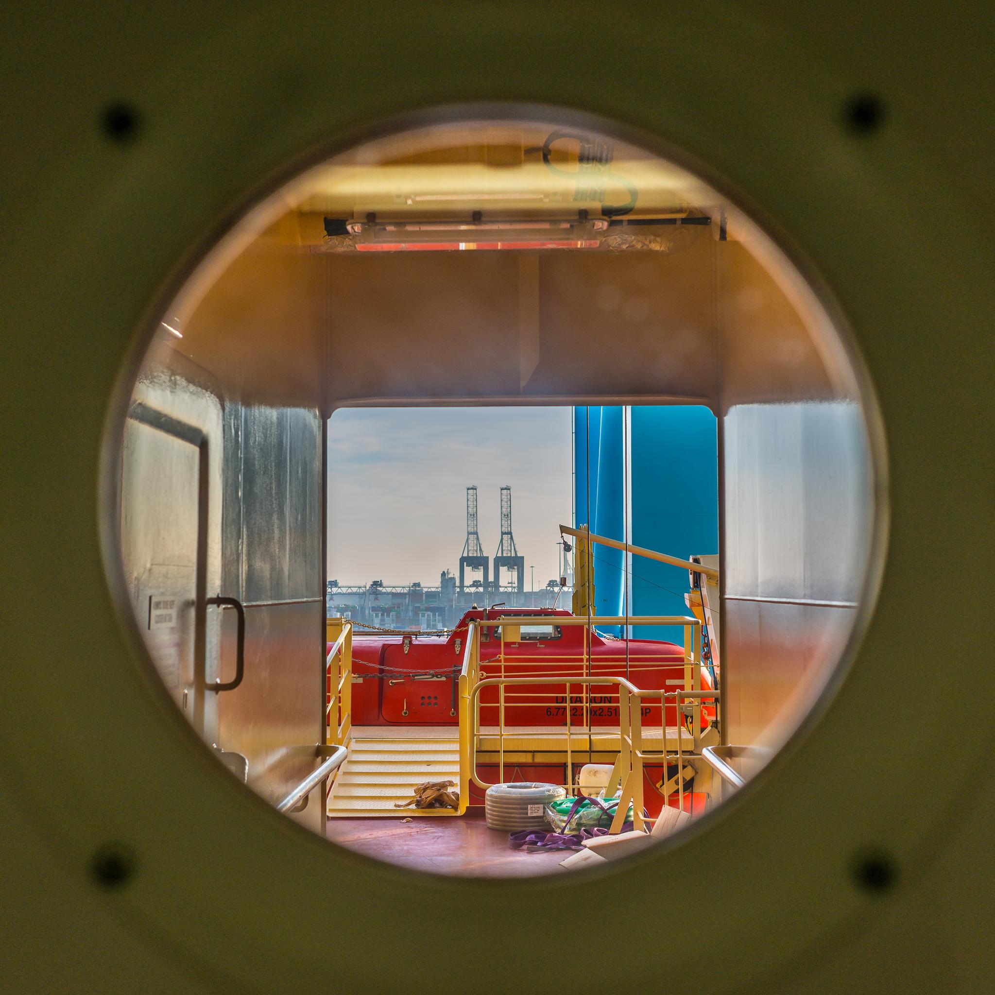 Widok z pokładu B Mayview Maersk na port w Rotterdamie, w tle suwnice terminala kontenerowego ECT (fot. Robert Urbaniak)