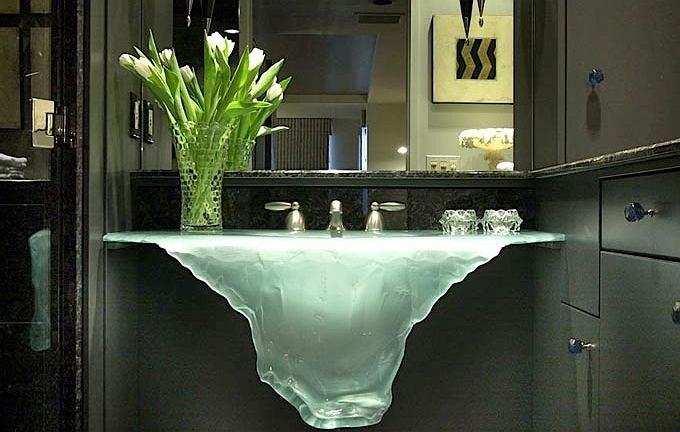 Niczym góra lodowa - niesamowity projekt szklanej umywalki. Projekt: Glassworks
