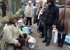 Zamiast wyrzuca� jedzenie po �wi�tach, ustawi�a st� dla bezdomnych