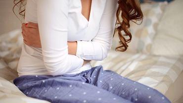 Ciąża pozamaciczna - jak ją rozpoznać? Jakie są objawy ciąży pozamacicznej, czy ból i krwawienie to oznaki ciąży pozamacicznej? (zdjęcie ilustracyjne)