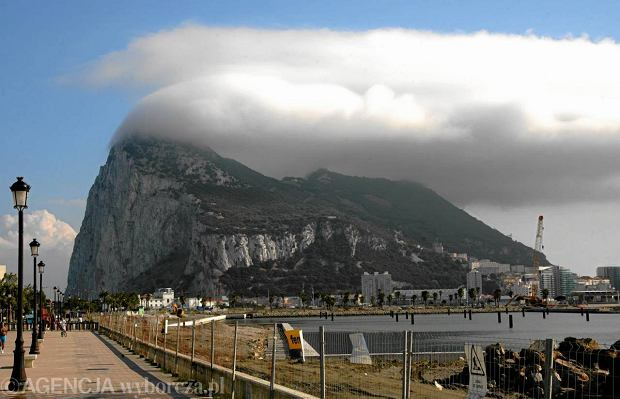 Widok na Gibraltar z hiszpa�skiego miasta La Linea de Conception