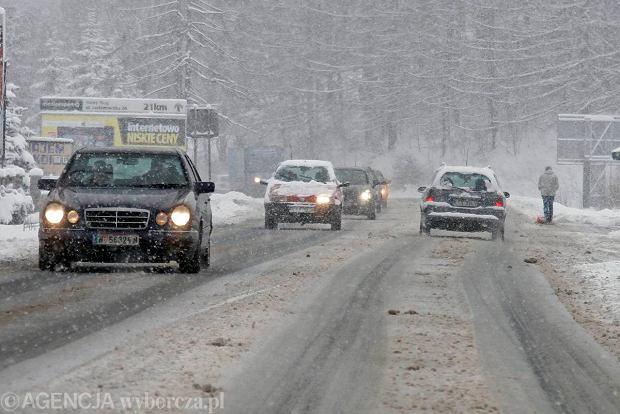 Padający śnieg utrudnia ruch na zakopiance i mniejszych drogach na Podhalu