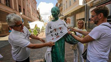 Toruń. Akcja KOD zakładania na pomniki koszulek z napisem konstytucja