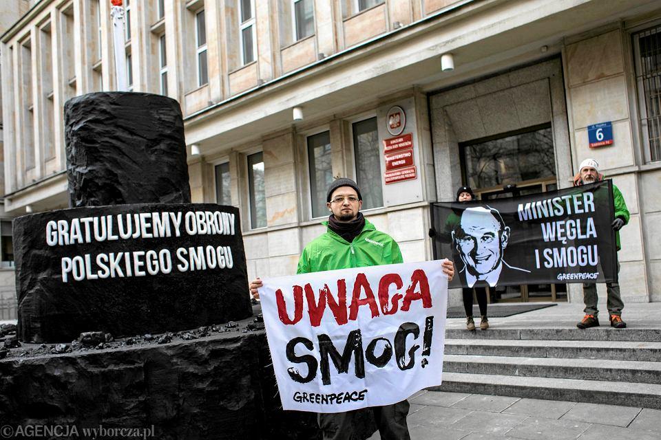 Lusty 2018 r. W reakcji na wyrok Trybunału Sprawiedliwości Unii Europejskiej aktywiści Greenpeace wręczyli Ministrowi Energii Krzysztofowi Tchórzewskiemu węglowy tort gratulując mu'obrony polskiego smogu'.