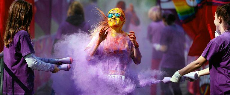 2 tys. biegaczy w proszku. The Color Run w Dąbrowie Górniczej przyciągnął kolorowe tłumy [ZDJĘCIA]