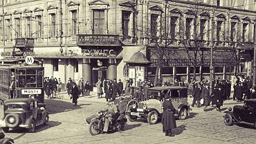 Przed wojn� ta kultowa kamienica mie�ci�a znan� restauracj�. Dzi� w jej miejscu stoi ikona Warszawy