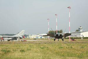 My�liwce F-22 Raptor ju� w �asku. Rosyjski ekspert: NATO zachowuje si� jak hitlerowskie Niemcy