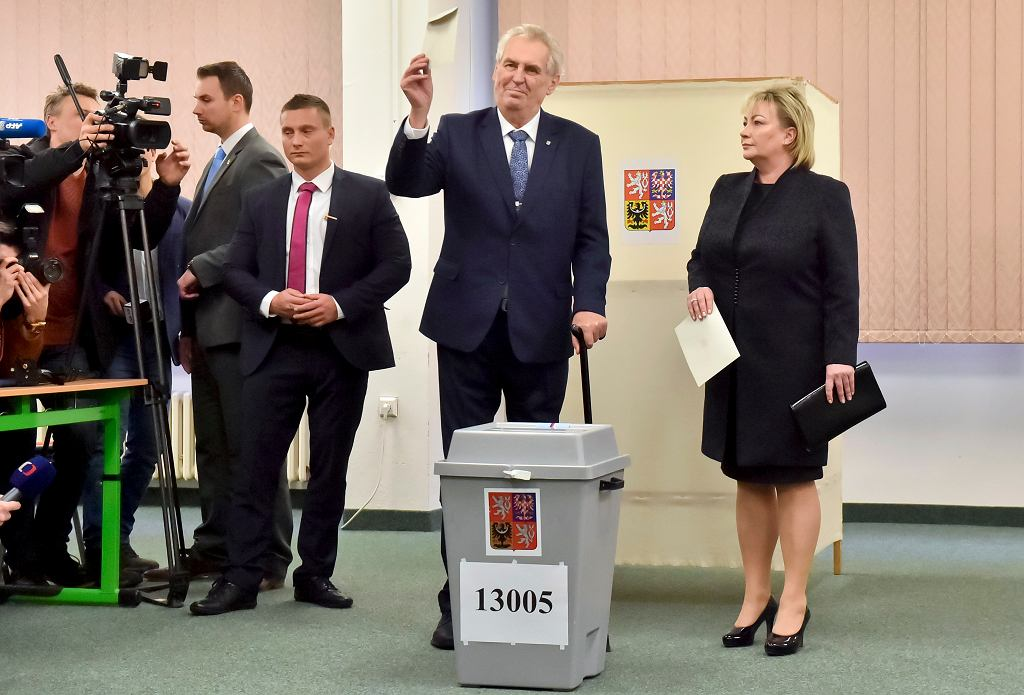 Milosz Zeman, prezydent Czech, wraz z małżonką Ivaną przy urnie wyborczej podczas wyborów prezydenckich. Praga, 12 stycznia 2018 r.