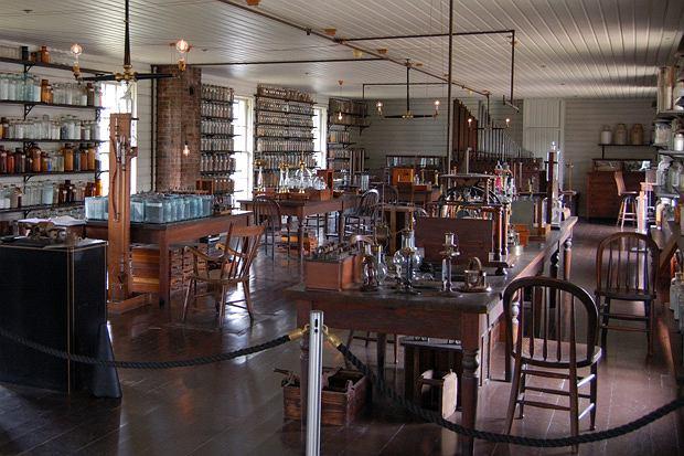 Thomas Edison: człowiek, który dał nam prąd, logo z klasą, Laboratorium Edisona w Menlo Park, przeniesione do Greenfield Village