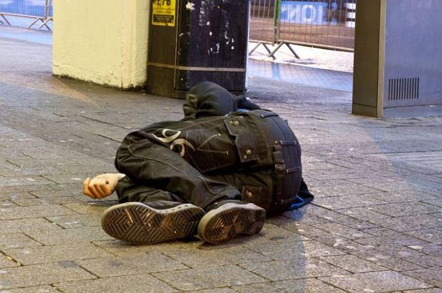 Bezdomny i biznesmen - po jakim czasie reagujemy na ich zas�abni�cie? Eksperyment w centrum Warszawy