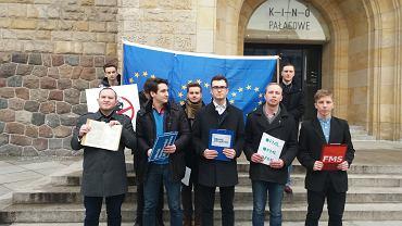 W piątek 26 stycznia młodzieżówki PO, PSL, SLD i Nowoczesnej wręczyły słownik Ryszardowi Czarneckiemu, europosłowi z PiS. To reakcja na nazwanie europosłanki PO Róży Thun szmalcownikiem