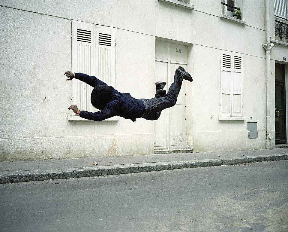 Denis Darzacq, cykl 'La Chute' (Upadek). Fotograf nie używa Photoshopa. Tancerzami-modelami są chłopcy z paryskich osiedli, których Darzacq nazywa 'współczesnymi rycerzami'