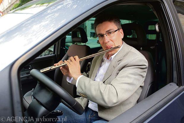 Krzysztof. Jest pierwszym flecistą Orkiestry Filharmonii Narodowej. Jeździ w Uberze.