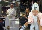 Papie� Franciszek i ma�a Quinn
