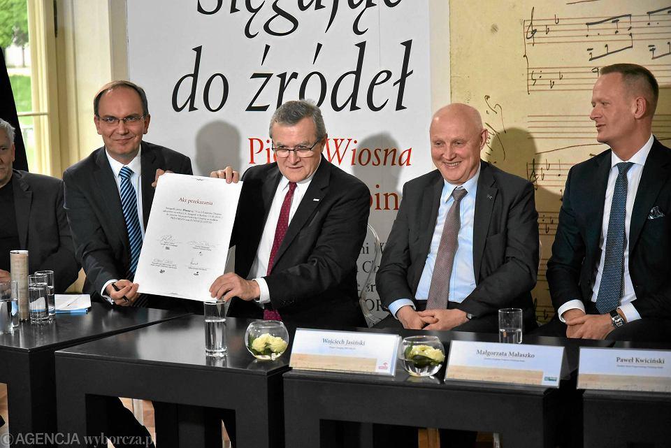 12 lipca 2017, Łazienki Królewskie. Od lewej: Artur Szklener, dyrektor NIFC, Piotr Gliński, minister kultury, Wojciech Jasiński, prezes Orlenu, Olgierd Cieślik, prezes Totalizatora Sportowego. Podczas konferencji zaprezentowano także zakupiony rękopis pieśni 'Wiosna' Chopina