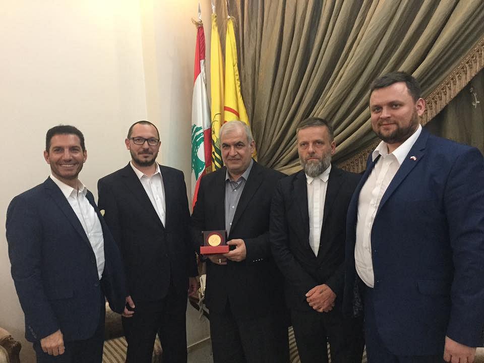 Poseł Kukiz'15 Paweł Skutecki (drugi z lewej), w środku Mohammad Raad, lider Hezbollahu