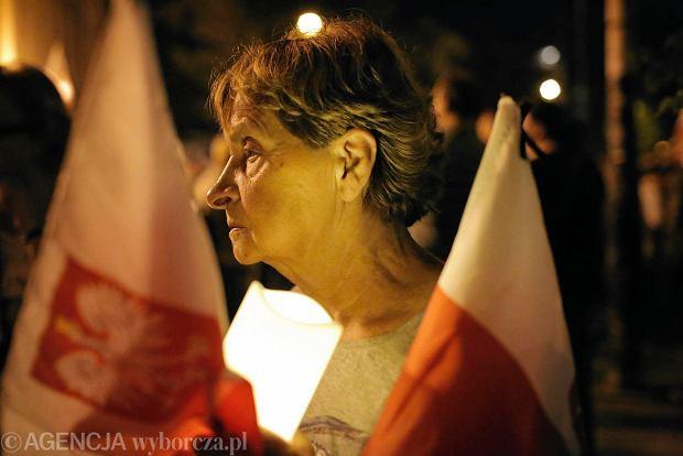 Zdjęcie numer 66 w galerii - Tłumy przed Sądem Okręgowym w Łodzi. Kolejny dzień protestów przeciwko zmianom PiS w sądownictwie [ZDJĘCIA]