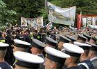 """Pogrzeb gen. Jaruzelskiego. Na Pow�zkach t�um przeciwnik�w krzycza�: """"Morderca!"""", """"Ha�ba dla wojska!"""""""
