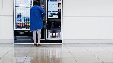 Coraz więcej lotnisk obniża ceny za butelkę wody zarówno w sklepach, jak i w automatach