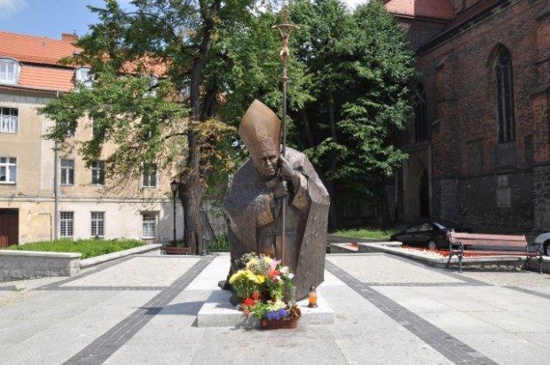 Dolny �l�sk ma kolejny pomnik papie�a. Zobacz jego zdj�cia