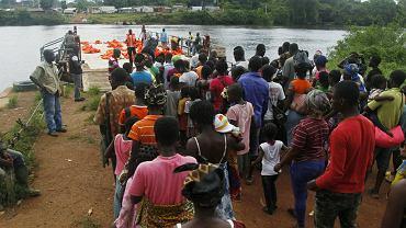 Uchodźcy z Wybrzeża Kości Słoniowej czekają przed wejściem na prom UNHCR, 20 maja 2016