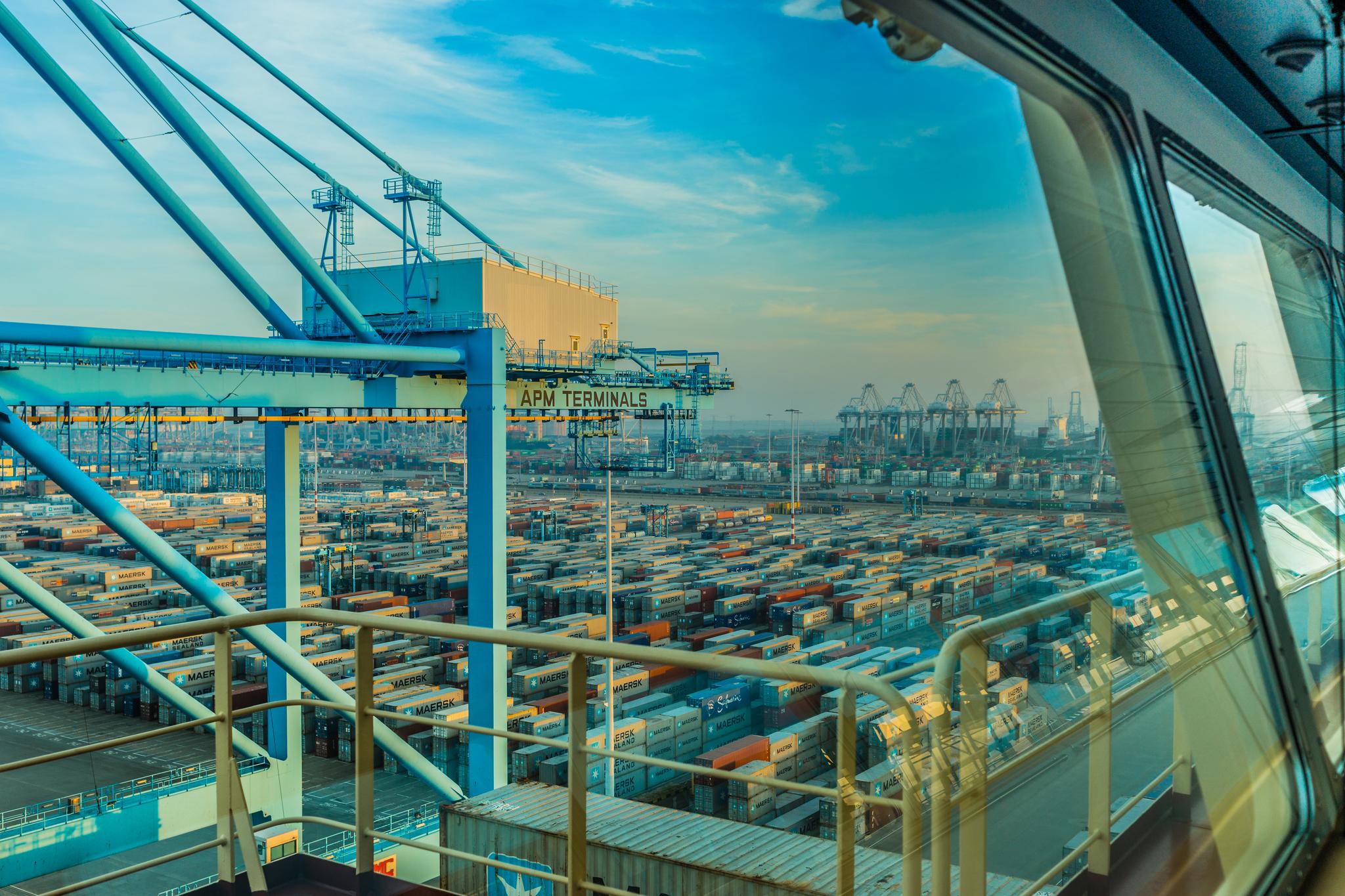 Widok z mostka Mayview Maersk na terminal kontenerowy APM Maasvlakte w Rotterdamie, na dalszym planie widoczne również suwnice pobliskiego terminala ECT (fot. Robert Urbaniak)