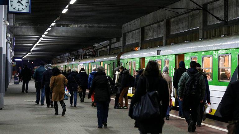 Dworzec Wileński. Pasażerowie przesiadają się tutaj z pociągów podmiejskich na m.in. metro