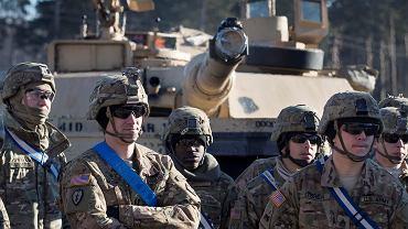 Żołnierze amerykańscy  i czołgi Abrams przybywają na stację Gaiziunai koło Wilna na Litwie w ramach wzmocnienia sił NATO krajach bałtyckich
