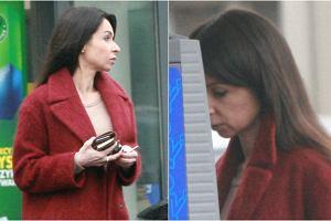 Marta Kaczyńska w ubiegłym tygodniu została sfotografowana podczas załatwiania spraw w swojej rodzinnej Gdyni. 37-latka przechadzała się w czerwonym płaszczu z luksusowymi dodatkami, które kosztowały małą fortunę. Jednak to nie jej droga stylizacja przyciąga wzrok. Przyjrzyjcie się tylko jej twarzy!