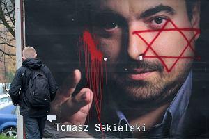 """Gwiazdy Dawida na plakatach Radia TOK FM. """"Czuj� si� bezradny"""""""