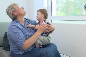 """Dwuletni Hubert od urodzenia mieszka w szpitalu, bo """"nie ma dokąd iść"""". Lekarze szukają mu domu"""