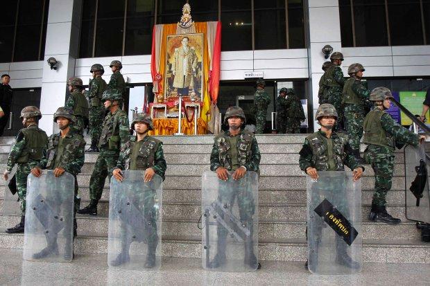 Kr�l Tajlandii Bhumibol Adulyadej popar� pucz wojskowy