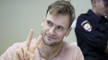 Piotr Wierziłow podczas procesu za zakłócenie finału piłkarskiego mundialu. Aktywista został skazany przez moskiewski sąd na 15 dni aresztu