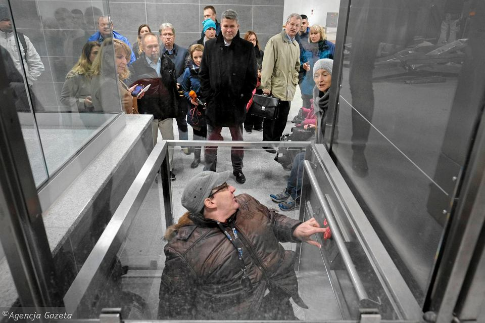 Wizja lokalna na Kaponierze z udziałem prezydenta Macieja Wudarskiego i osób niepełnosprawnych
