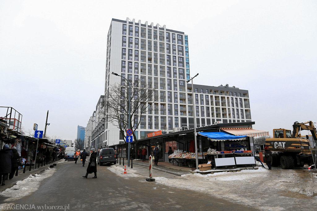Nowy biurowiec, który zajął miejsce dawnego Uniwersamu Grochów, styczeń 2018 r. / AGATA GRZYBOWSKA