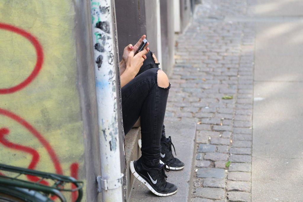 Po młodych ludziach czasem nie widać depresji. Dzieci między sobą wyłapują dyskretne sygnały, dorośli - nie (fot. Pixabay.com)